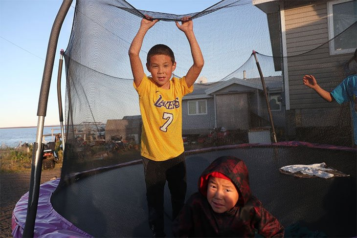 how to set up a trampoline with safety net